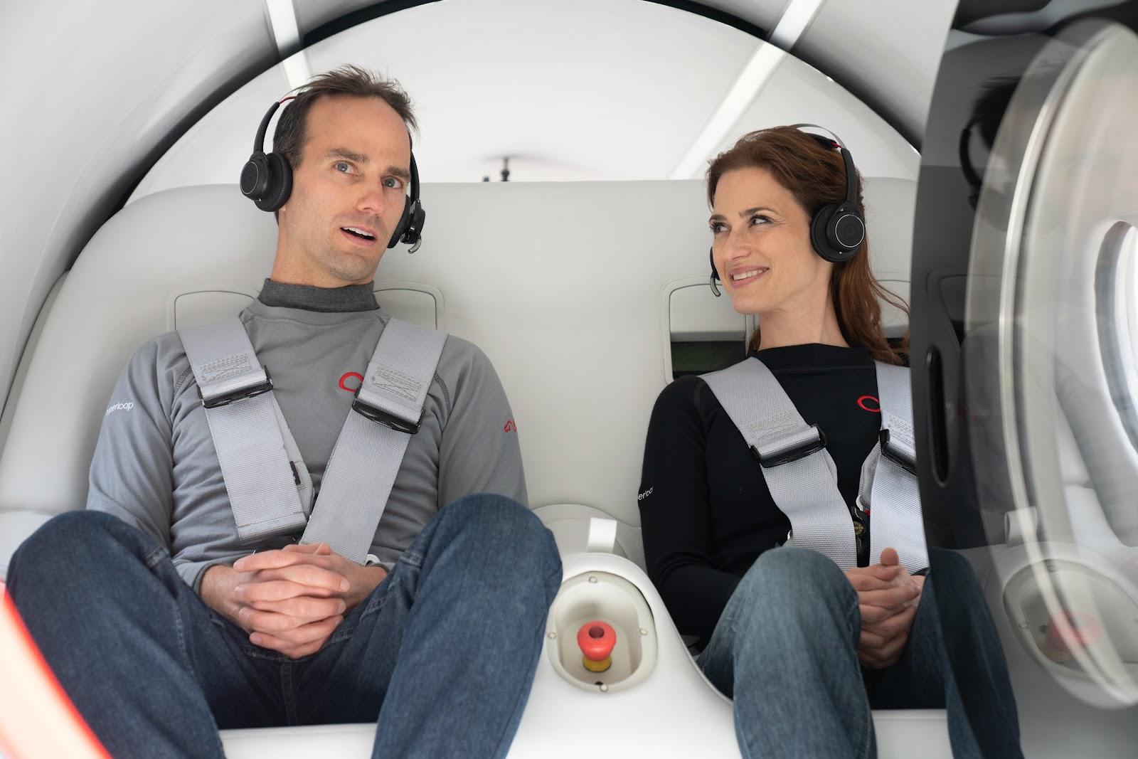Os passageiros para o primeiro teste foram o diretor de tecnologia da empresa, Josh Giegel, e a diretora de experiência de passageiros, Sara Luchian. (Divulgação / Virgin Hyperloop)