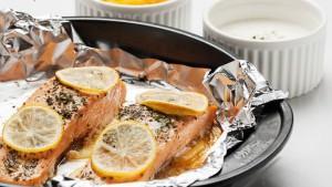đặt chanh lên cá hồi làm cá hồi nướng chanh