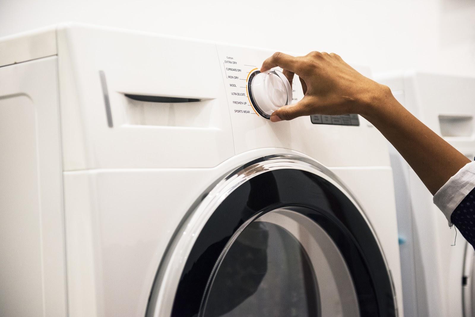 Uma máquina de lavar.