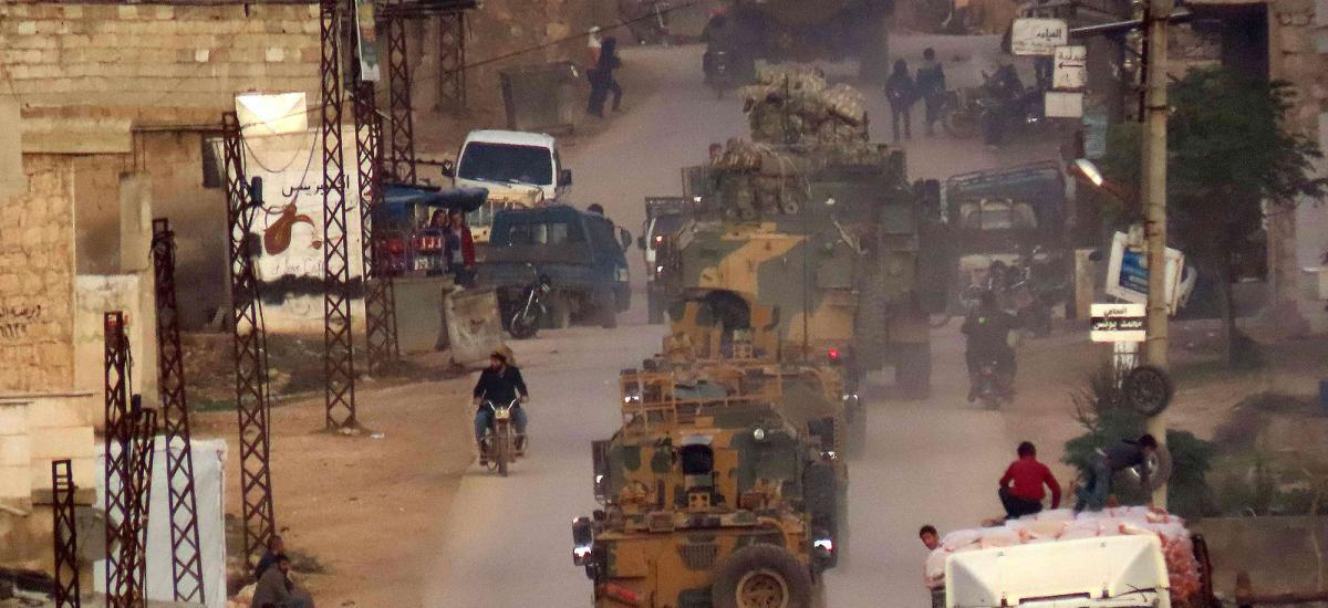 آليات عسكرية تركية تتحرك في رتل في قرية رام حمدان بمحافظة إدلب السورية الخاضعة لسيطرة المعارضة في 25 تشرين الثاني / نوفمبر 2020 ، على طول طريق إعادة الانتشار.  (تصوير محمد حاج قدور / وكالة الصحافة الفرنسية)