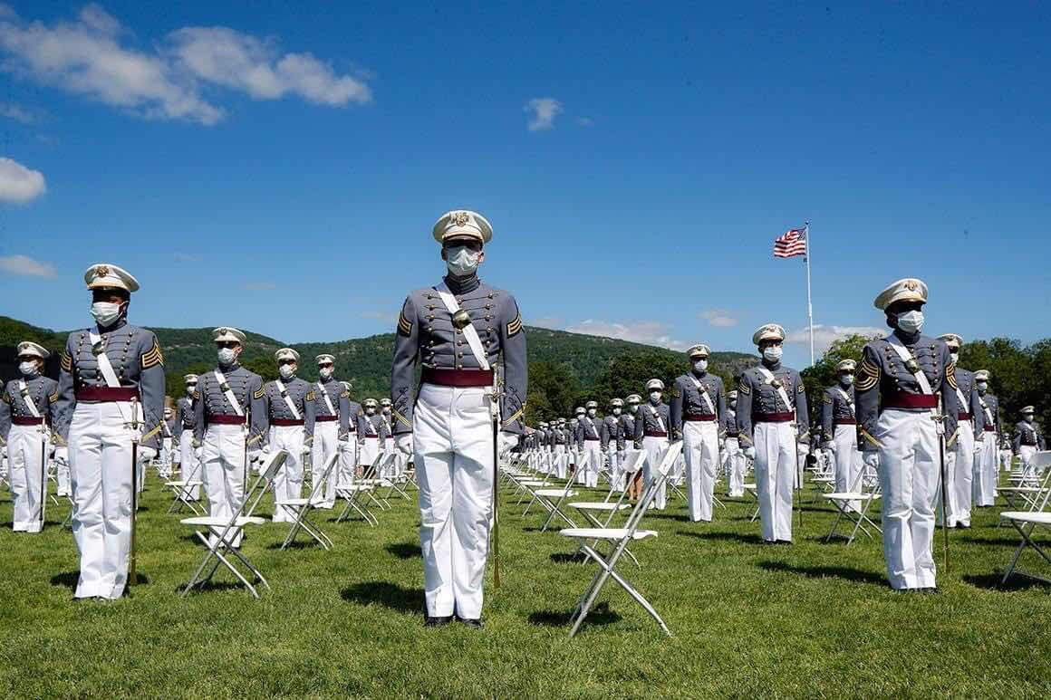 Sinh viên sỹ quan trường Võ Bị Quốc Gia West Point. Những dũng tướng tương lai của Hoa Kỳ thực hành quy luật đeo khẩu trang và giữ khoảng cách an toàn để bảo vệ đồng đội.