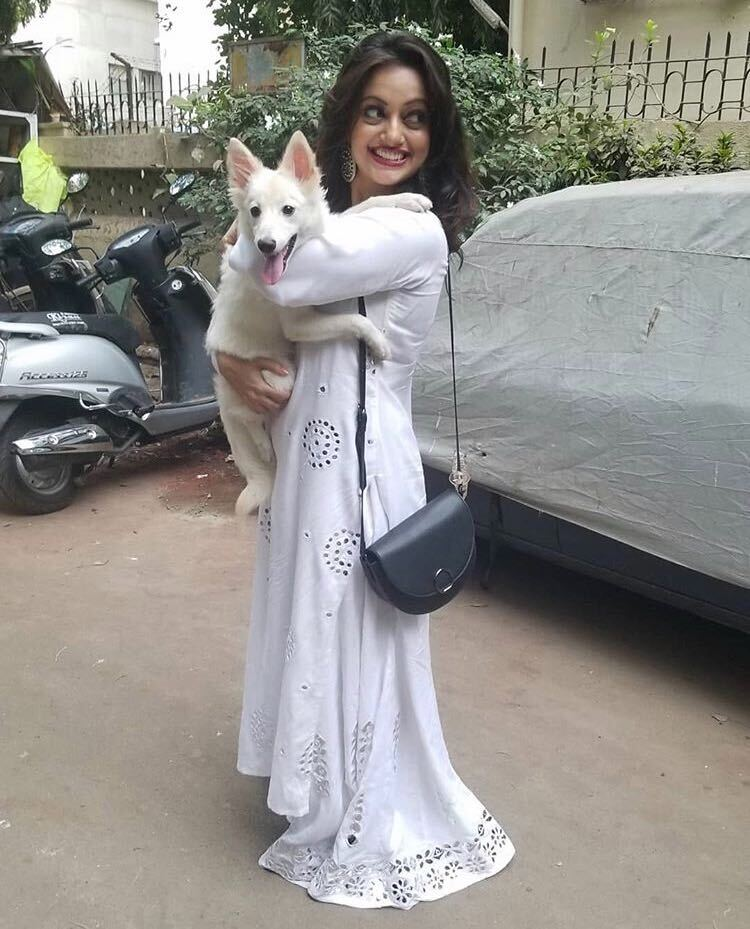 manasi naik holding pet dog