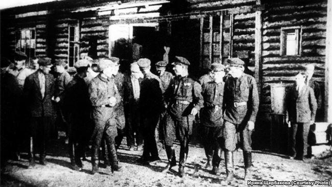 Чекисты, проверяющие работу заключенных БАМлага. 1930-е гг.