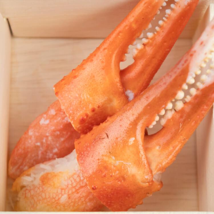 【松葉蟹鉗 × 2 隻 / 每盒】高貴的松葉蟹是日本三大名蟹之一,而一隻蟹只有兩隻螯大家應該知道吧?!細嫩且絲理分明的蟹肉吃起來會有像是豆腐絲般的口感。因其口感獨特,所以坊間漿製的松葉蟹肉棒、蟹肉條都是以松葉蟹的肉質口感去作為仿照指標,當然、與真正的松葉蟹肉還是差之千里啦。