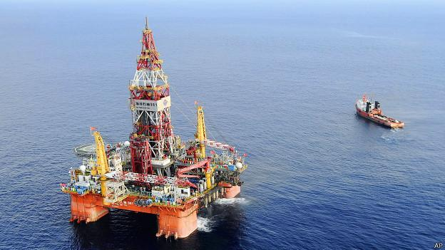 http://wscdn.bbc.co.uk/worldservice/assets/images/2014/07/16/140716071645_wc_paracel_oil_rig_624x351_ap.jpg
