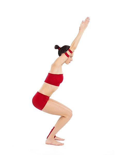 Mujer haciendo la postura de yoga Utkatasana