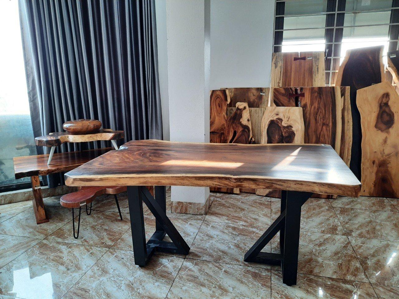 Mặt bàn gỗ me tây thấp phù hợp phòng khách