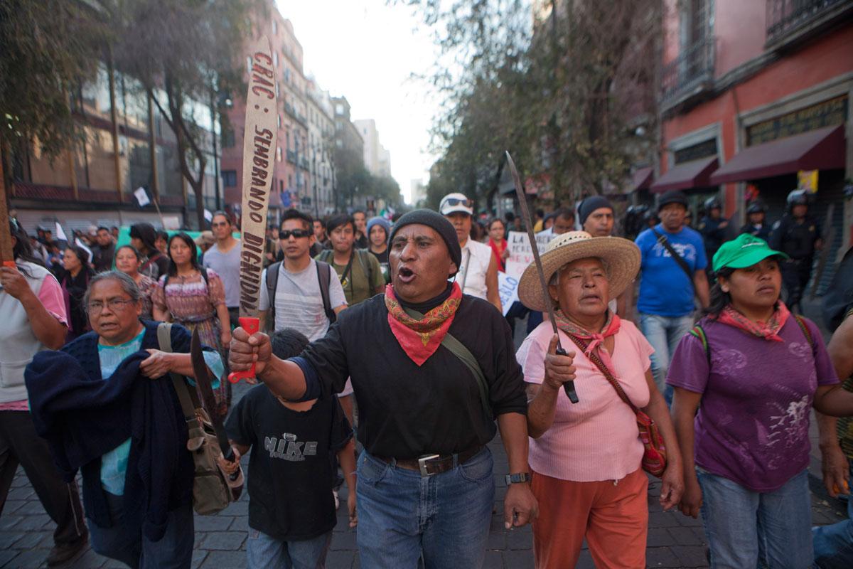 Ejidatarios de Atenco durante una protesta en la Ciudad de México. Foto: Miguel Dimayuga
