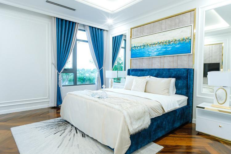 Phòng ngủ đón những tia nắng đầu tiên của ngày mới được bố trí nội thất đồng điệu với phòng khách