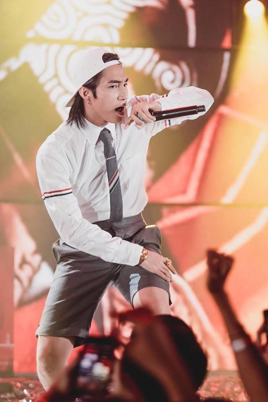 Áo sơ mi quốc dân được Sơn Tùng MTP mặc khi biểu diễn trên sân khấu
