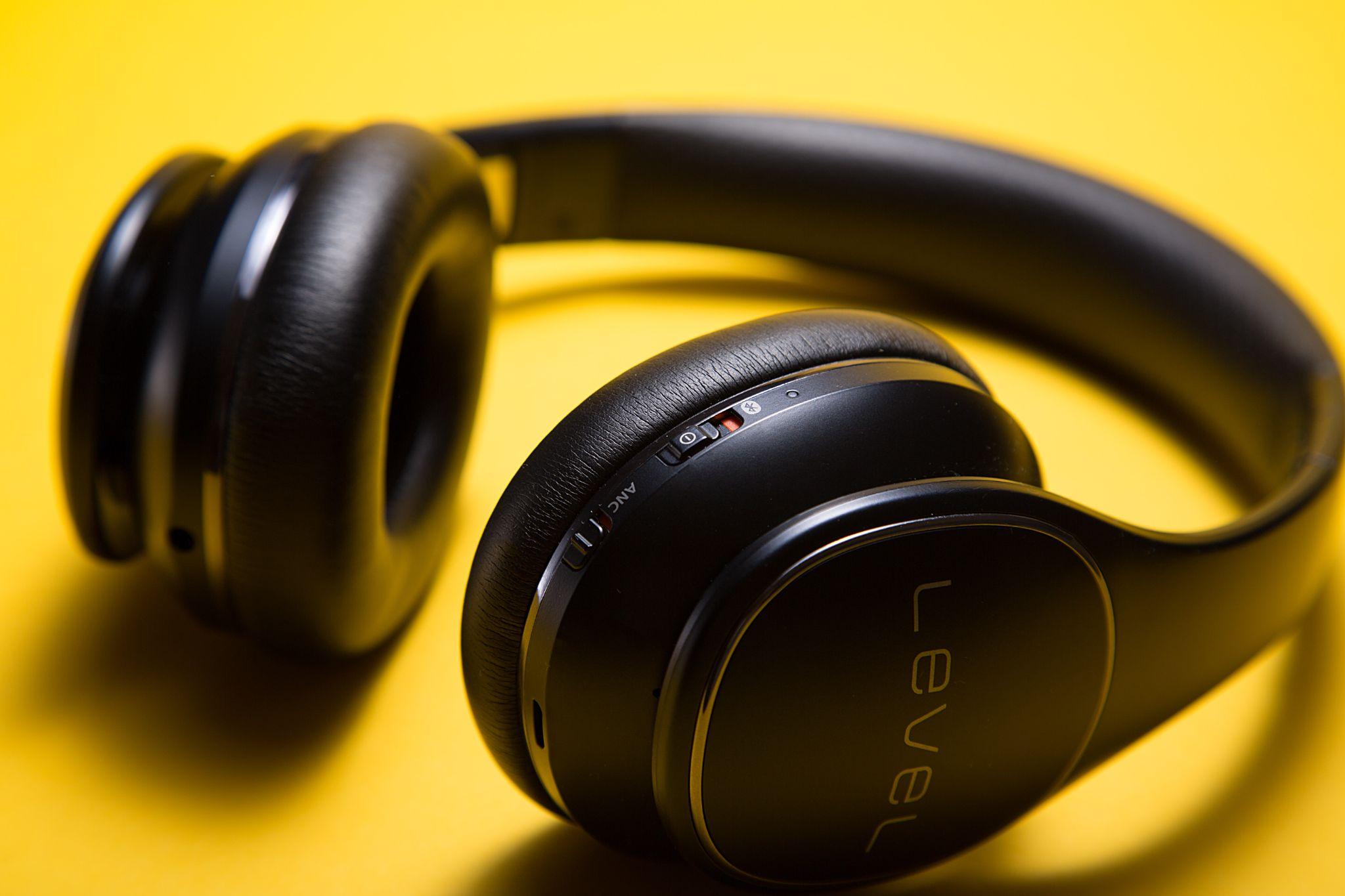 Joint stereo mechanism behind headphones