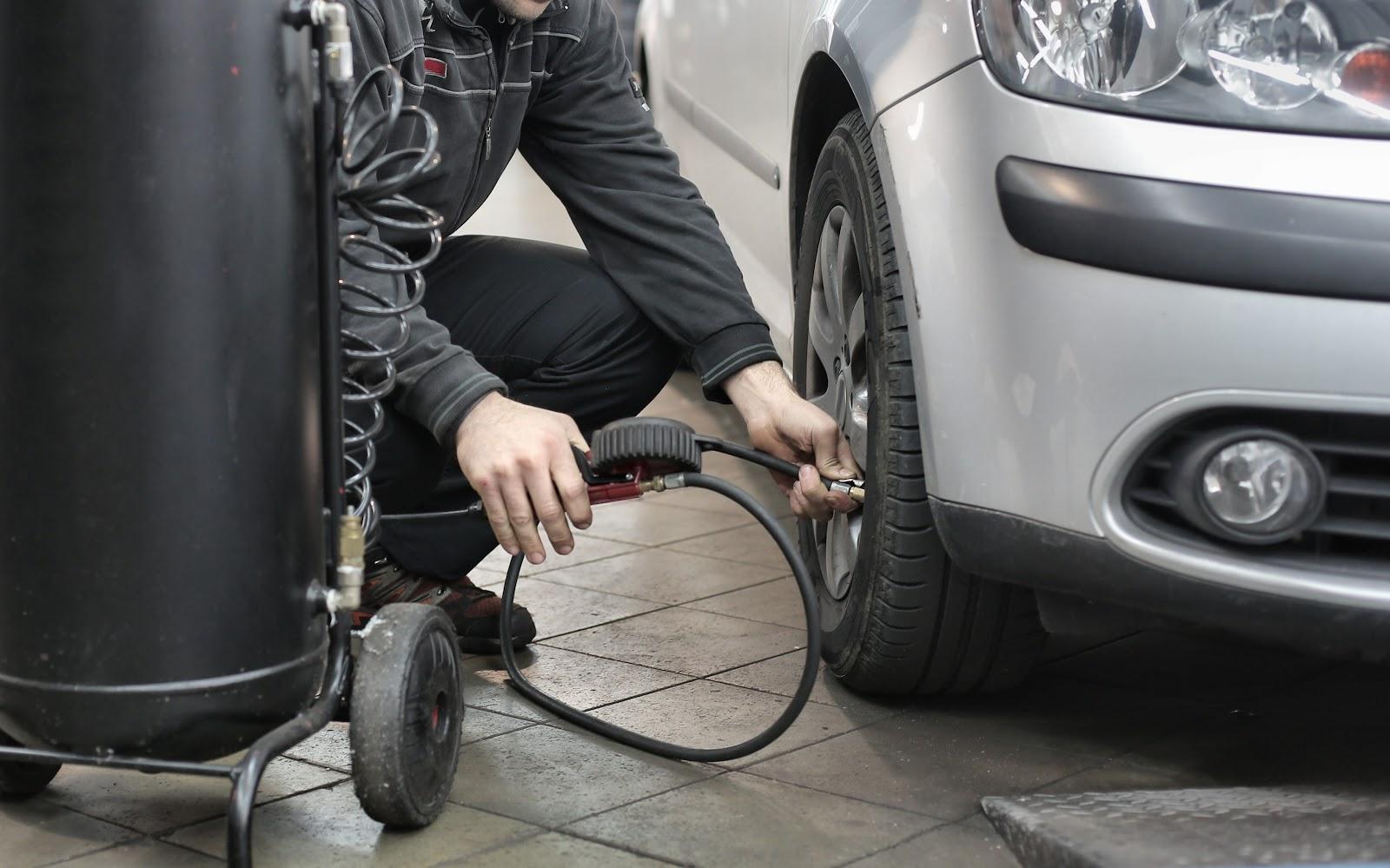 Motorista de app calibrando pneu.