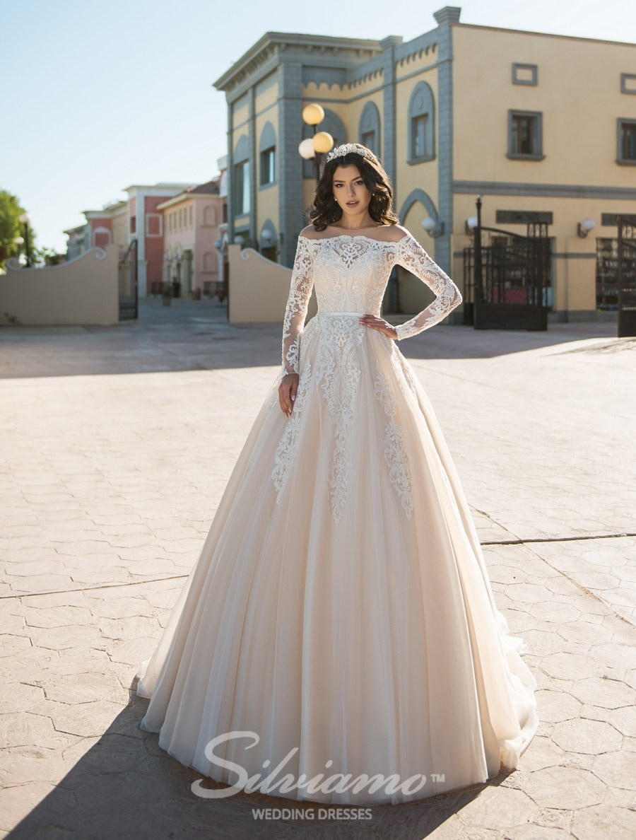 Весільну сукню фасону принцеса
