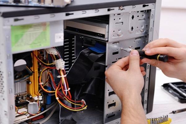 Nhân viên IT phần cứng mạng quản lý và vận hành hệ thống mạng máy tính của doanh nghiệp