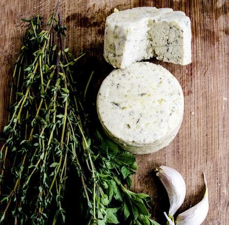 רכיבים : שקדים לבנים, שמן זית, לימון, שום ועשבי תיבול אורגנים, מלח אטלנטי.