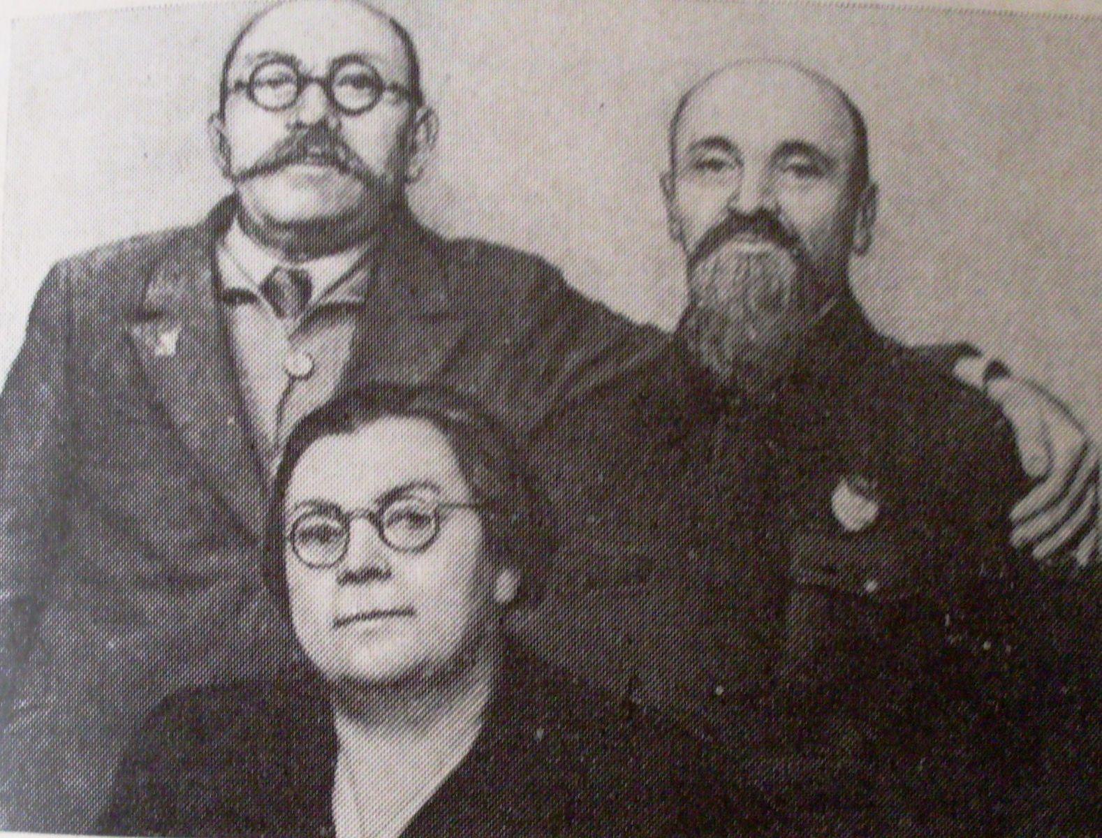Рік 1947-ий: у Лізи Рєпєльської вже нові окуляри. Як і у Сильвестра Покко. Поруч з ними ще один старий більшовик — Борис Магідов.
