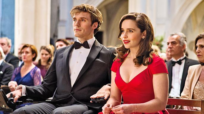 穿著西裝、坐在輪椅上的男人與一個穿著紅色禮服的女子並肩觀賞著什麼。