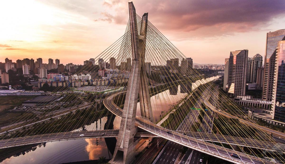 Vista da ponte estaiada, um dos cartões postais da cidade e um ponto turístico de São Paulo, rodeada de avenidas e prédios.