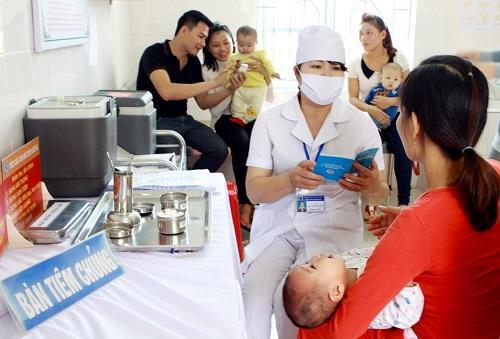 Bà mẹ cần lưu ý những hướng dẫn bảo đảm an toàn cho trẻ sau tiêm chủng.