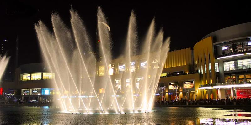 Nếu bạn đã từng chết mê chết mệt những cảnh đuổi bắt đến ướt nhẹp giữa đài phun nước của các cặp đôi trong phim Hàn Quốc thì khi đến Dubai, bạn sẽ có được trải nghiệm này hoàn toàn miễn phí (nếu đi cùng người yêu thì càng tốt!). (Ảnh: Internet)