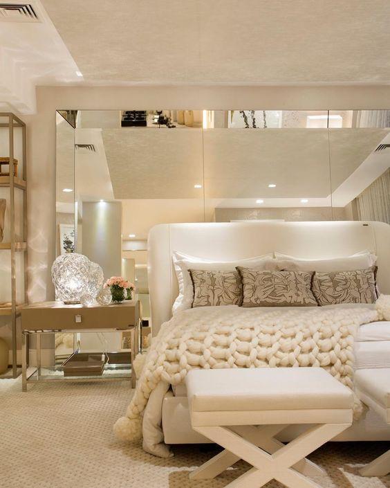 Uma imagem contendo no interior, mesa, cama, quarto  Descrição gerada automaticamente
