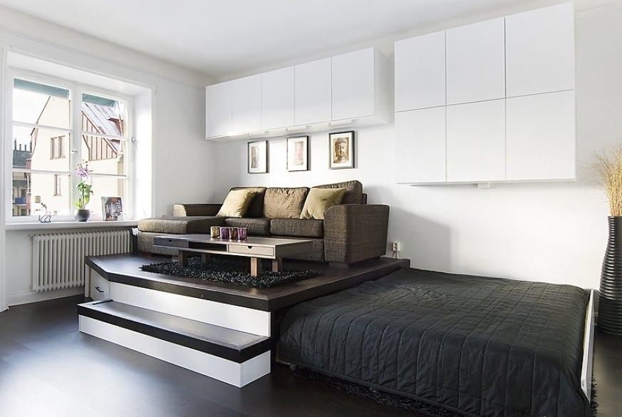 Спальное место расположено так, что его можно задвинуть под подиум.