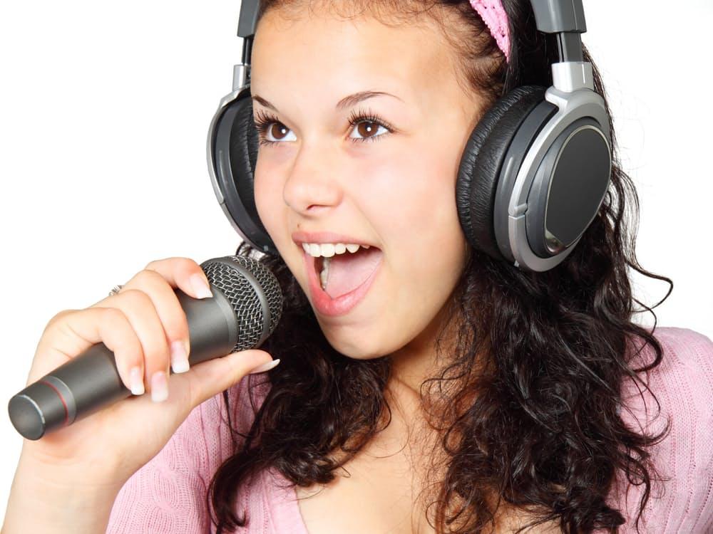 girl-holding-karaoke-mic-41542.jpeg