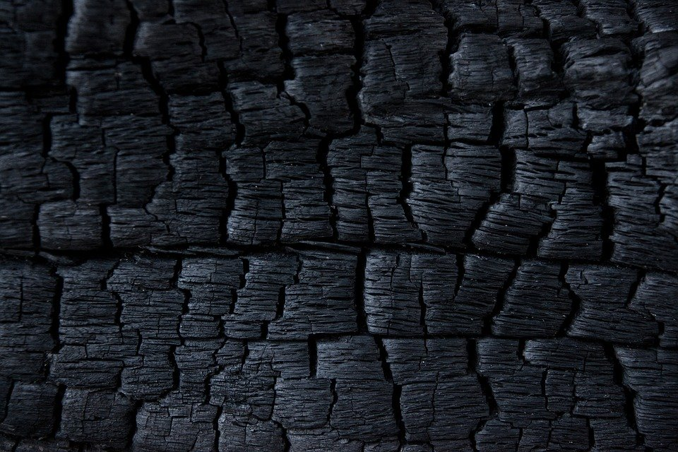 Wieso wird Holzkohle leichter wenn man sie verbrennt?