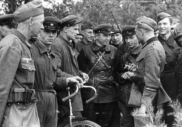 Военнослужащий 689-й роты пропаганды вермахта беседует с командирами 29-й танковой бригады Красной Армии под городом Добучин (ныне — Пружаны, Белоруссия)