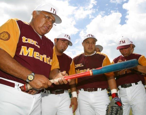 Jugador de béisbol con un bate en la mano  Descripción generada automáticamente con confianza media