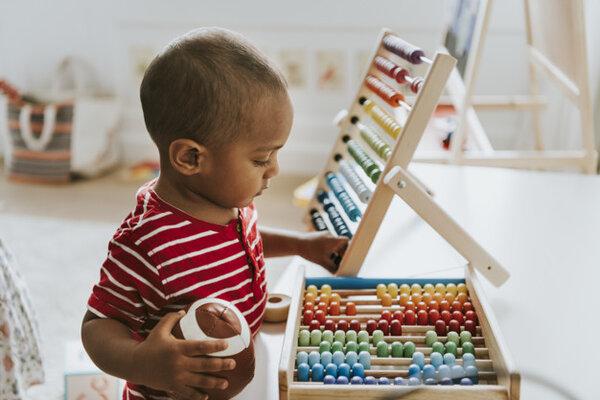 Trẻ rất thích thú với các đồ chơi Montessori