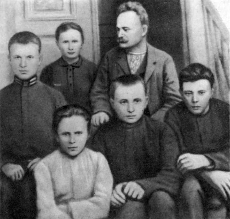 D:\OSVITA UA\ФРАНКО\ФОТО\Франко з дружиною Ольгою_синами Андрієм Тарасом  Петром і донькою Ганною1902.jpg