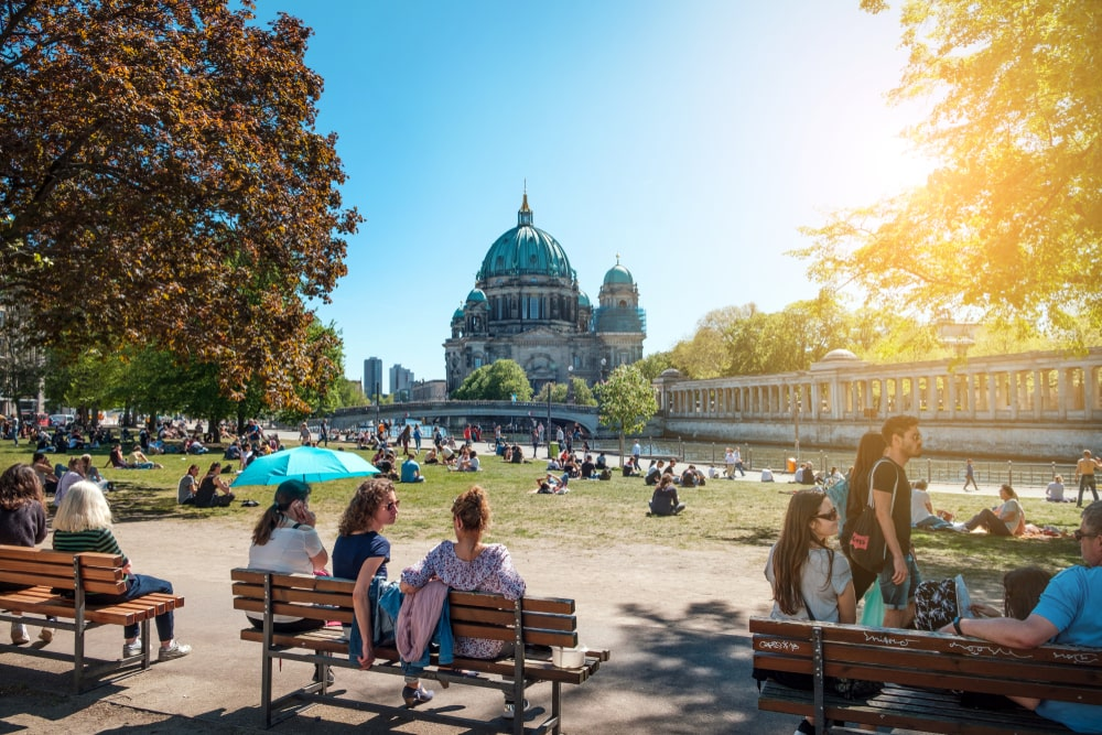 Quanto mais livre e a acessível o espaço urbano, mais seguro o ambiente das ruas. (Fonte: Shutterstock)