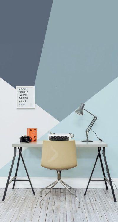 Escritório com parede geométrica em tons de azul.