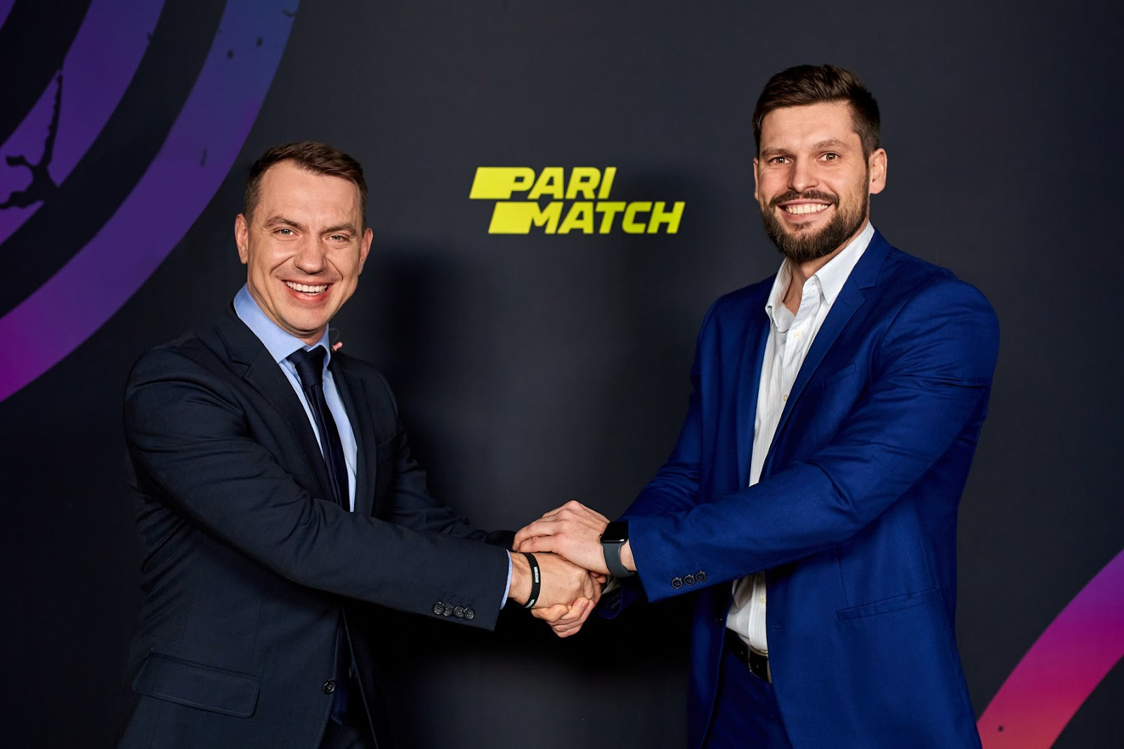 Representatives of both Virtus.pro and Parimatch shake hands after the renewal of the partnership
