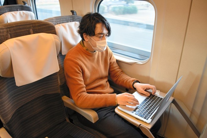 Passageiro participando do período de testes do vagão-escritório. (Foto: Yuta Ichijo/Asahi Shimbun)