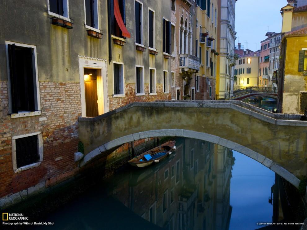 Puentes y canales de Venecia en la madrugada. Los callejones y ...