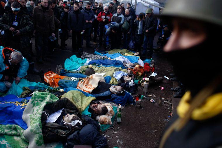 Тела протестующих, погибших в столкновениях с милицией, лежат на Майдане Независимости в Киеве, 20 февраля 2014 года