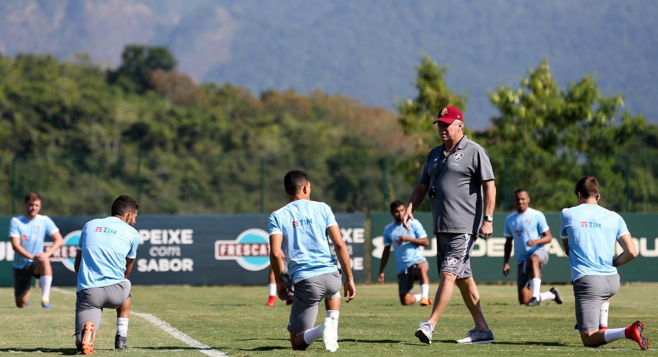 C:\Users\Carla\Desktop\Blog MULHERES EM CAMPO\Brasileiro 2018\Fluminense x Vitóri\Abel Braga comanda o treino Foto de Lucas Merçon.jpg