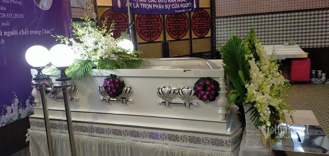 Trước khi vào thánh lễ an táng thi thể người qua đời sẽ được cho vào áo quan