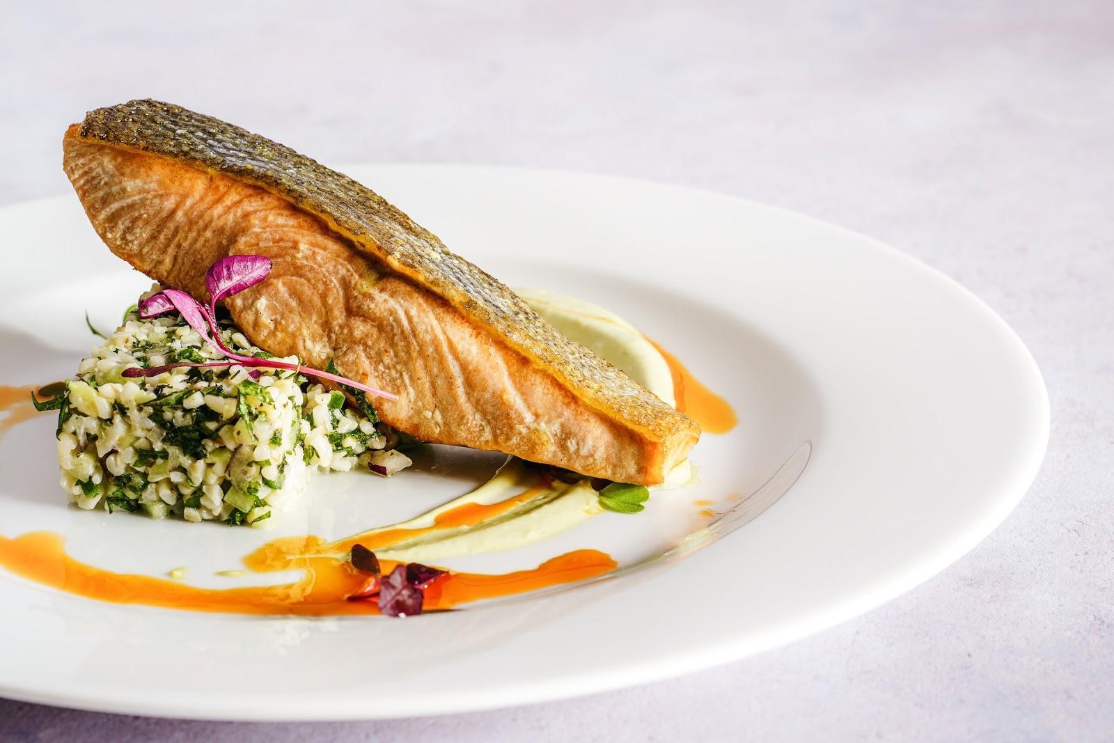 Peixes de água fria, como o salmão, podem ser preparados grelhados (Imagem: Sebastian Coman/Pexels)