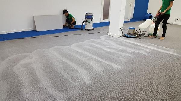 Tùy theo từng chất liệu để chọn hóa chất giặt thảm