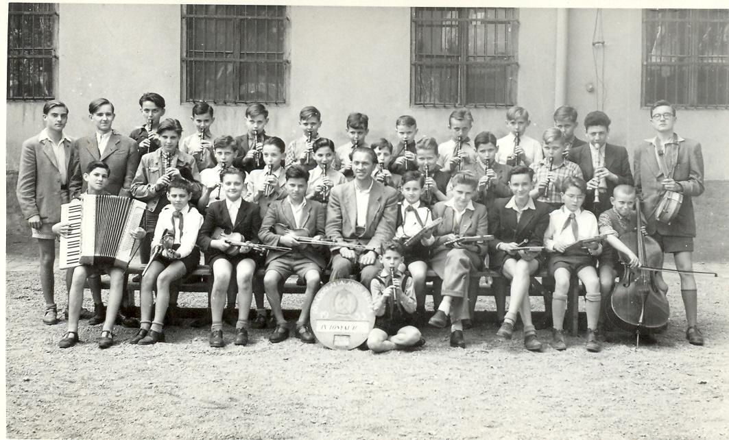 F:\Iskolai_anyagok\ISKTÖRT\isktortfoto\fiúiskola\Úttörő zenekar Sass József tanár vezetésével 1953..jpg