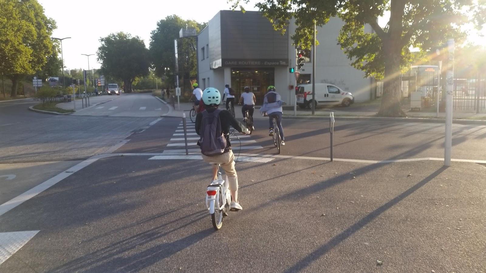 Une image contenant extérieur, route, vélo, équitation Description générée automatiquement