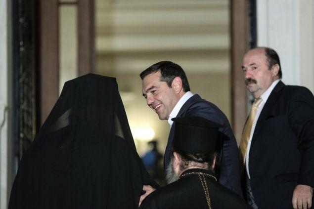 Ο πρωθυπουργός κρατά αγκαζέ τον Αρχιεπίσκοπο - Φωτογραφία:George Vitsaras / SOOC