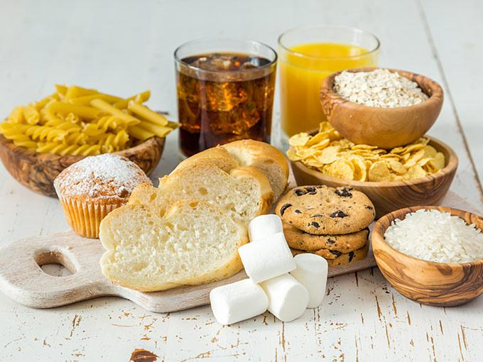 Diabetiker sollten einfache Kohlenhydrate aus Weißmehl und Zucker nur in Maßen konsumieren.