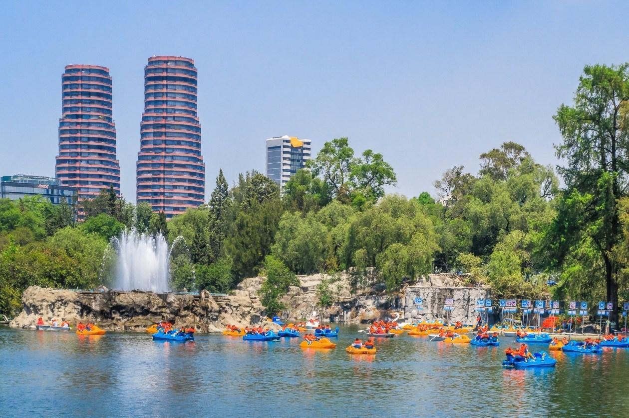 Un lago con barcos  Descripción generada automáticamente con confianza media
