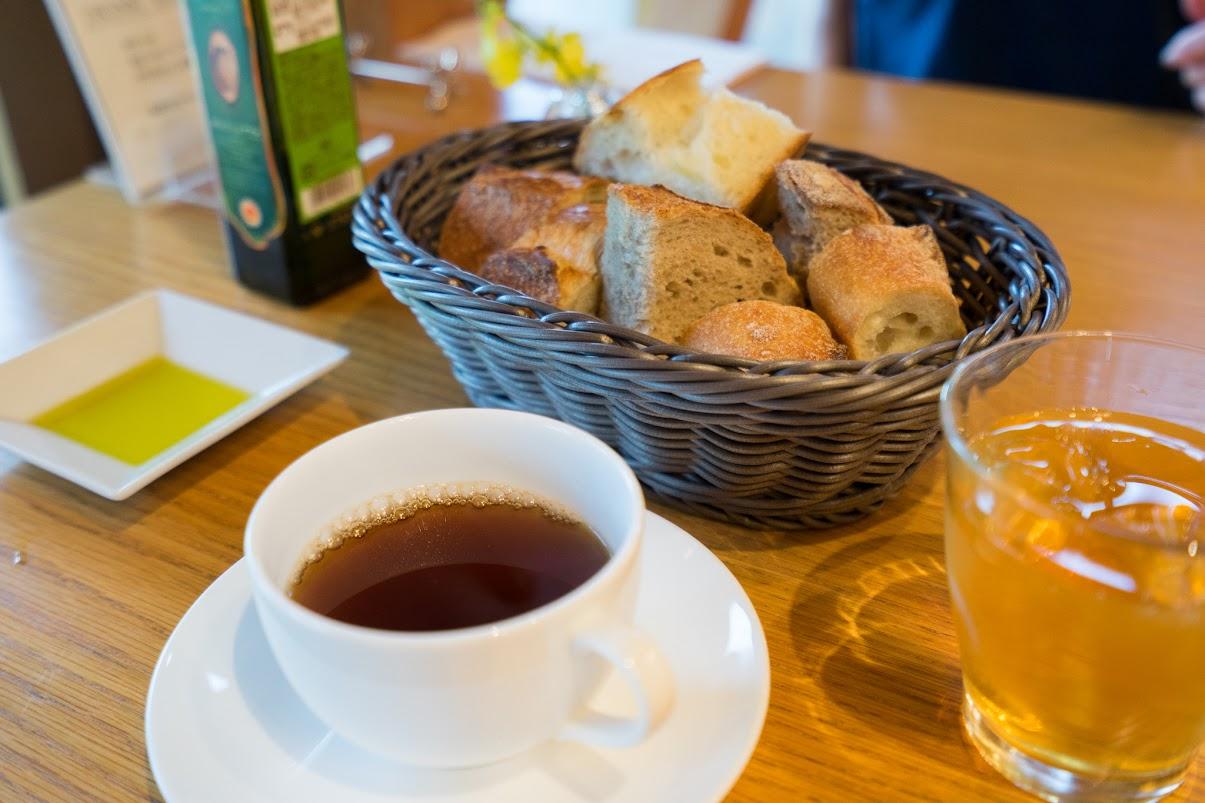 セットのパンとお茶