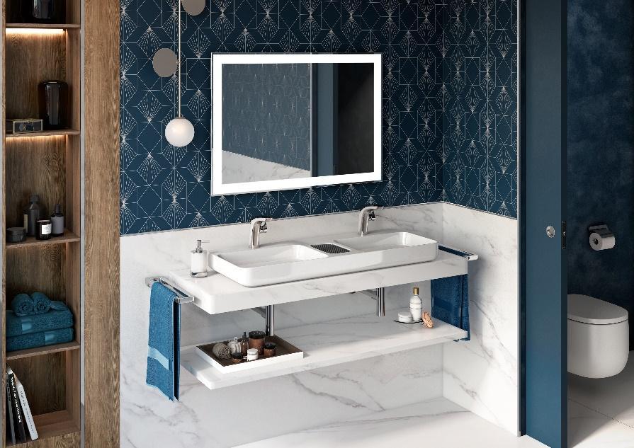 Banheiro com meia parede com revestimento azul personalizado e outra metade inferior de revestimento branco emendado ao piso, bancada bancada com cuba branca, espelho quadrado com moldura branca