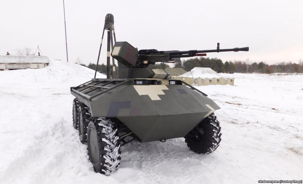 """Украинский """"Фантом"""" – одна из серии машин, представленных на рассмотрение военных страны. """"Фантом"""" весит всего 2,5 тонны. Этой мини-бронемашине еще только предстоит испробовать в бою свое 12,7-миллиметровое орудие, но военные специалисты уже высказывают сомнения, что этот робот станет надежным помощником солдат."""